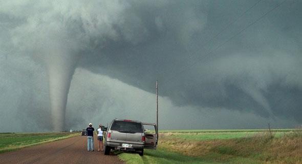 Sedang Melaju Kencang Mendadak Ada Tornado Di Depan