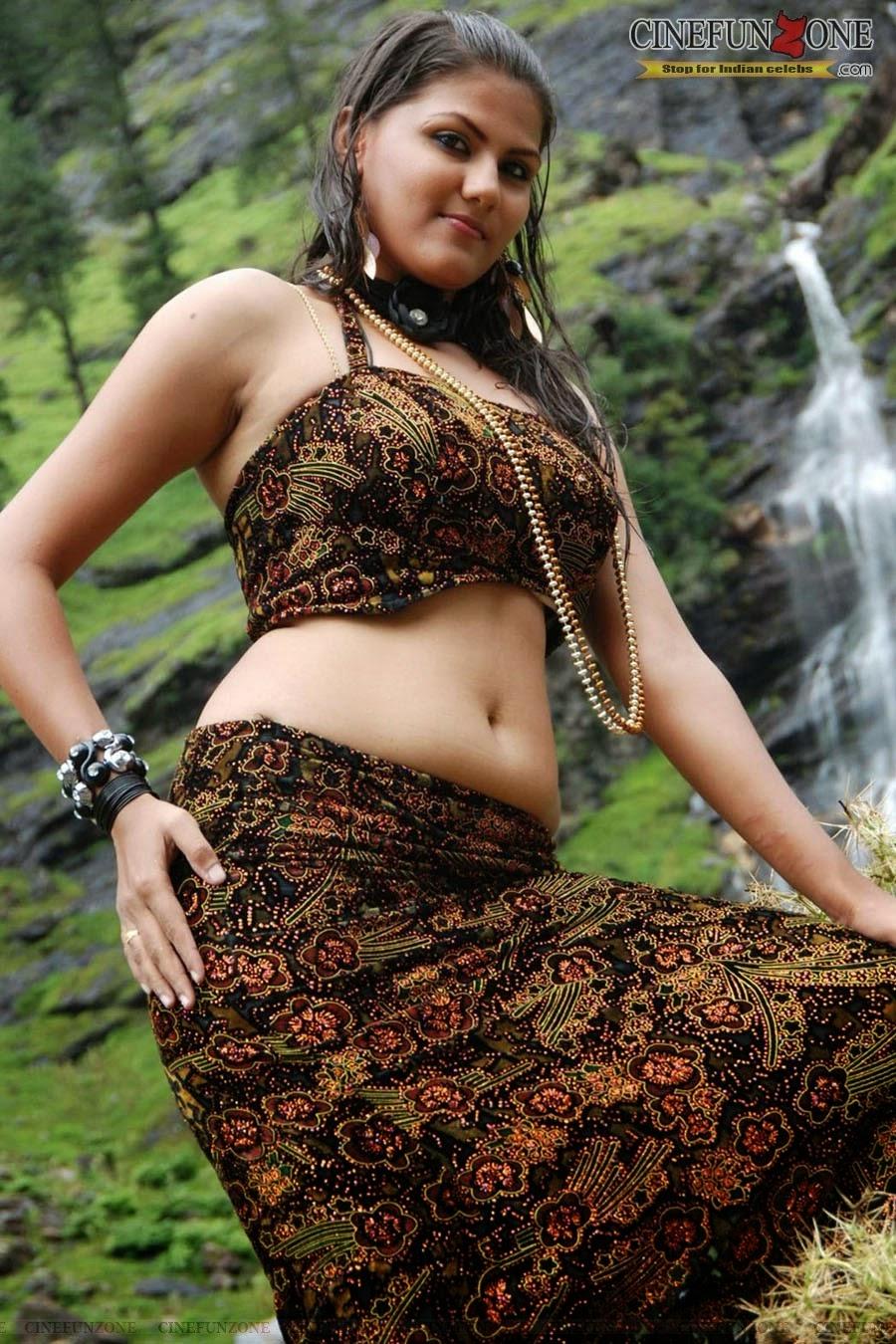 Indian Garam Masala Actress Soundarya Hot Navel Show Pics -2228