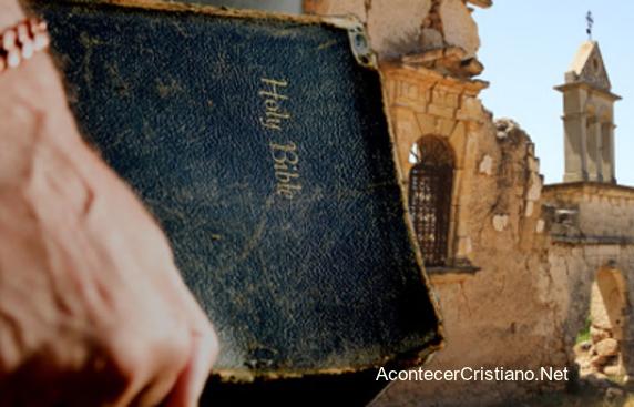Misionero con Biblia en mano