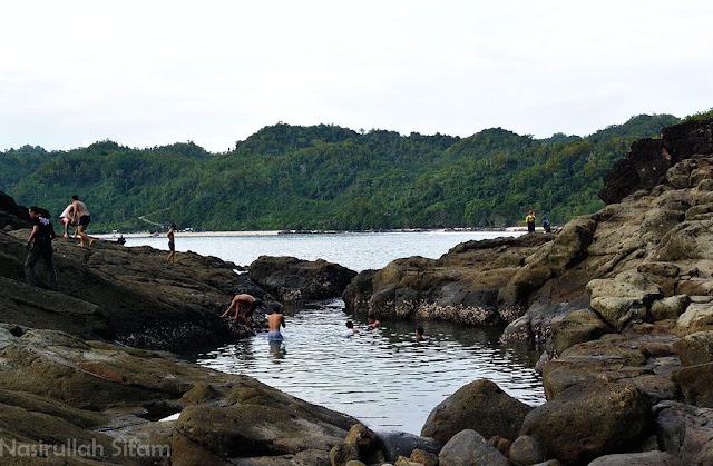 Spot berenang di Pantai Wediombo