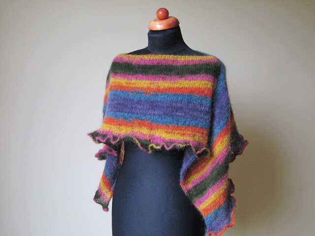 Poncho na drutach, kolorowe