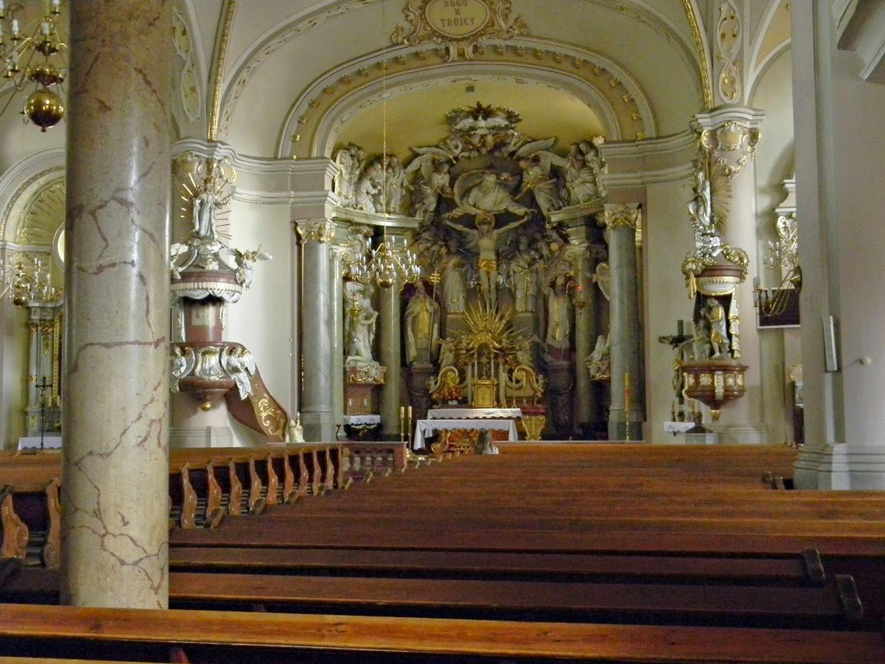 ławki, nawa główna, kolumny, ołtarz