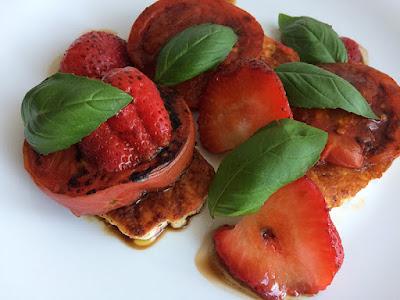Grilowany ser halloumi z pomidorami i truskawkami