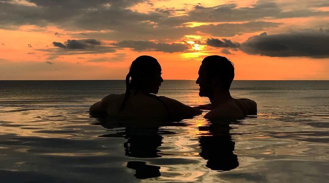 aura kasih sedang berenang bugil bersama pria bule di kolam renang basah
