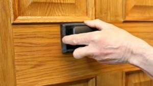envernizando-porta-de-madeira-Foto