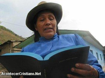 Mujer leyendo Biblia en quechua