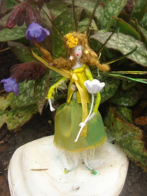 Living With Fairies: Fairies At The Bottom Of The Garden