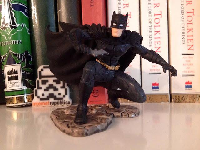 Mi nueva figurita de Batman con los libros de Tolkien y el USB de Internet República - Batman - Amazon - el troblogdita - InternetRepública - SEO - Tolkien - el fancine - Star Wars