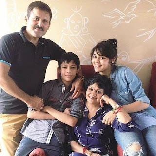 Foto Eisha Singh dengan Keluarganya