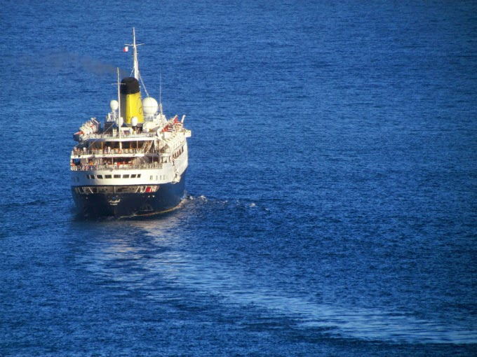 Funchal cruise ship goes slowly