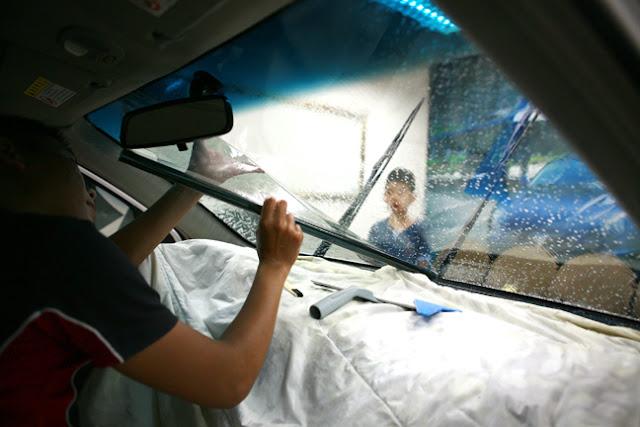 Sau khi phun lên bề mặt kính một lớp bọt xà phòng, tấm phim đã được tạo hình sẽ được bóc lớp nilon bảo vệ mặt keo và dán vào mặt trong của kính.