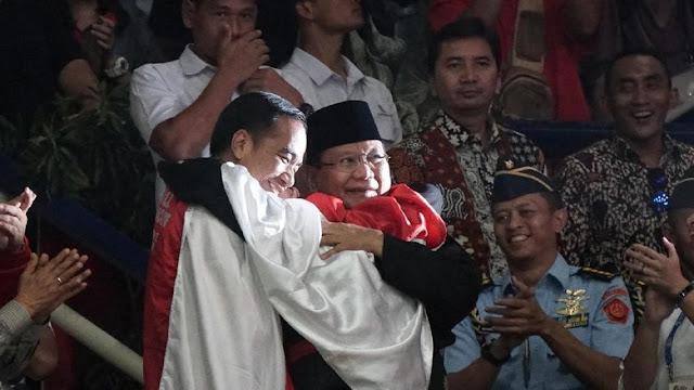 Joko Widodo dan Prabowo Subianto Berpelukan Asian Games 2018