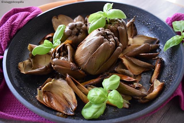Basilico e aglio per questa cottura dei carciofi