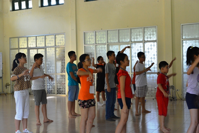 Khởi động buổi sáng với phần điệu nhảy trại hè, đầy sôi động và vui vẻ