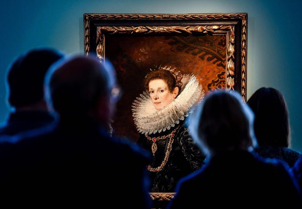 Відвідувачі захоплюються портретом молодої леді авторства фламандського художника доби бароко Гаспара де Крейєра