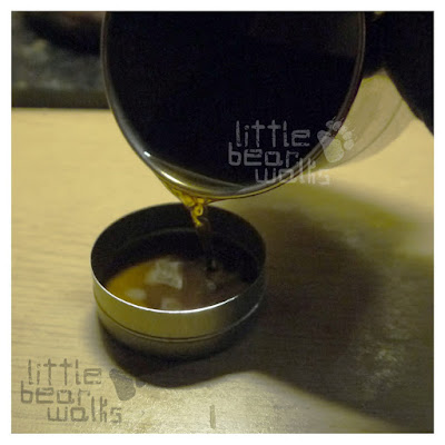 I pour a paraffin into the metal jar