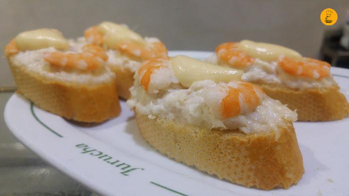 Canapé de merluza desmigada con mahonesa y langostinos la Jurucha