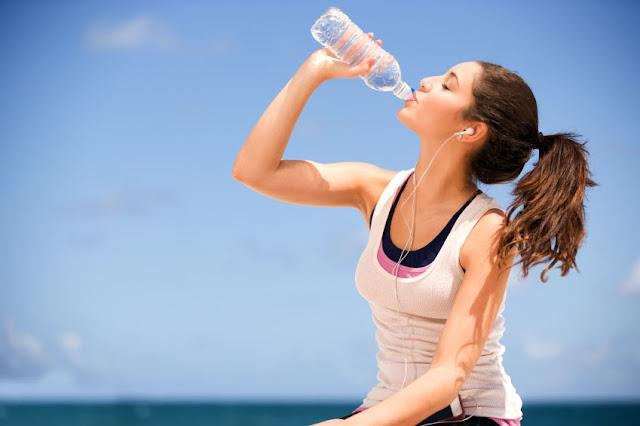 Minum banyak air putih pada siang hari