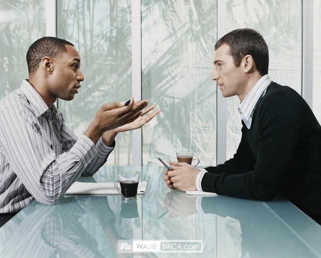 Bagaimana Etika Lelaki Ketika Melihat Sesama Lelaki?