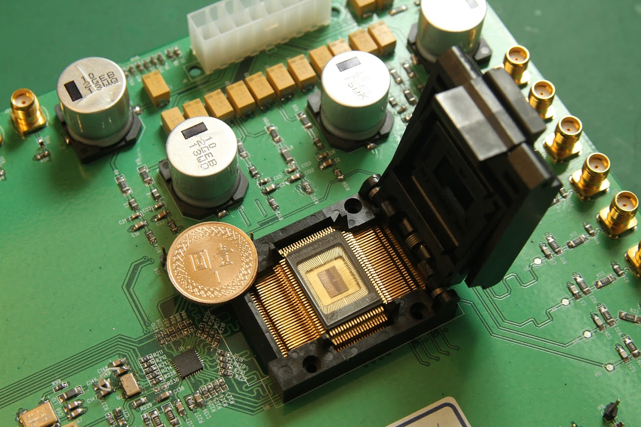 早期超音波設備必須使用一整塊電路板來做運算處理,隨著半導體技術進步,電路板逐漸化成只有一元銅板大小的晶片。