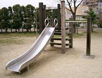 Çelik sacdan yapılmış ahşap merdivenli düz kaydırak