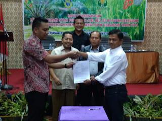 GM PT PPI Cabang Jambi Menyerahkan Secara Simbolis Surat Perjanjian Jual Beli Antara Distributor Dan Pengecer Resmi Pupuk Bersubsidi.