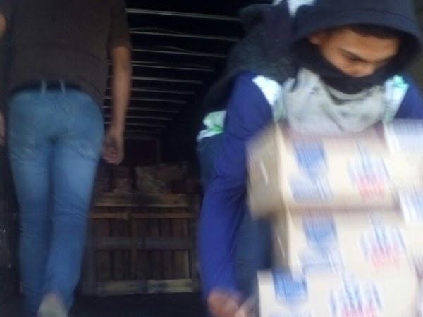 Presuntos normalistas saquean vehículos repartidores en Oaxaca