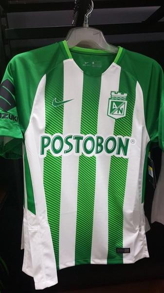 La camiseta Atlético Nacional 2018 de visitante es de color verde lima con  mangas negras y una blusa club monocromática en el lado izquierdo del pecho. 31978262af772