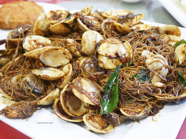 Stir Fried Mee Hoon with Little Neck Clams