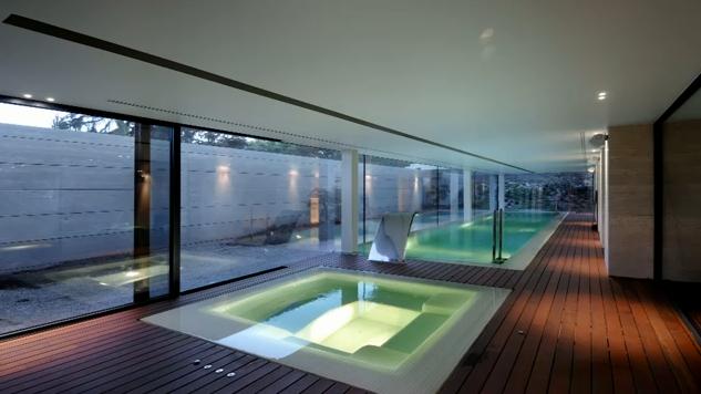 Casas con piscinas en interiores exteriores dise o de for Diseno de piscinas y exteriores