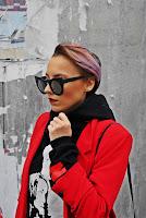 http://www.karyn.pl/2017/10/czarna-bluza-z-kapturem-i-czerwona.html