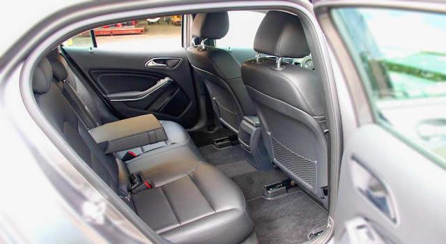 Băng sau Mercedes GLA 200 2017 thiết kế rộng rãi và thoải mái.