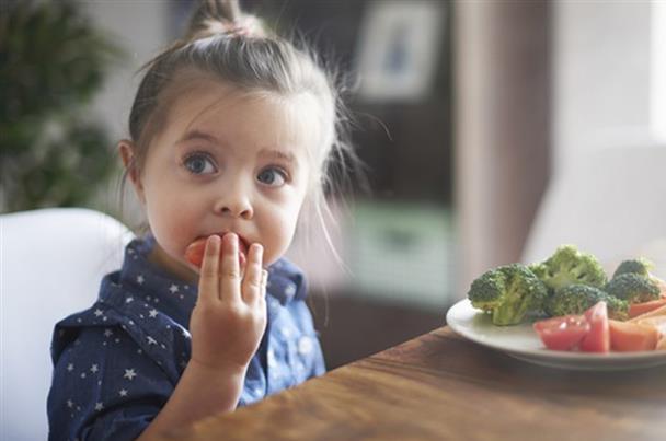 هكذا يمكنك أن تحبّبي طفلك بالأكل