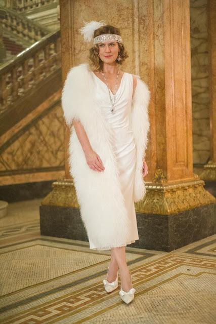 Vestido branco com estola branca , cena teatro, patricia pillar como isabel