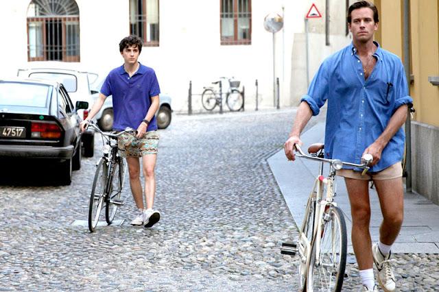 Los protagonistas dando un paseo con la bicicleta por el pueblo