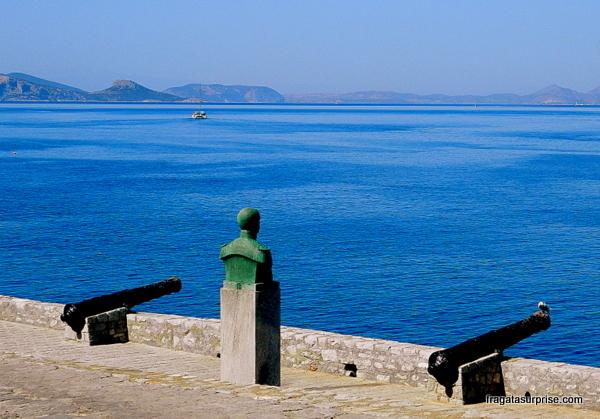 baluarte no porto de Hidra, Grécia