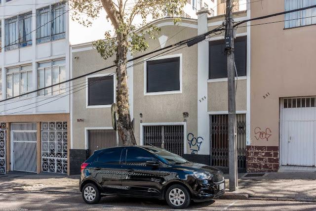 Casa na Rua Desembargador Ermelino de Leão com detalhe que lembra um pinhão