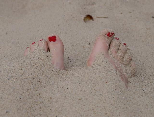 3 weitere Strandspiele, für die Ihr nichts als Eure Hände braucht - plus eine witzige Extra-Idee. Beine im Sand zu verbuddeln macht Kindern und Erwachsenen Spaß.