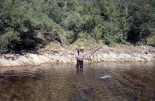 Pescador con trucha clavada en el coto del Roncal