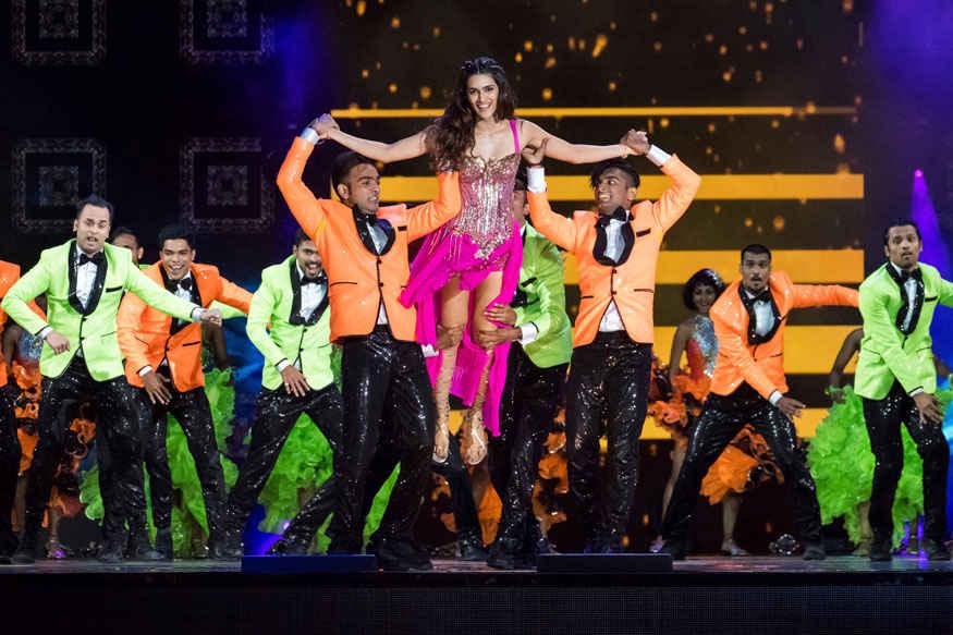Sushant Singh Rajput and Kriti Sanon Performs at 2017 IIFA Awards at MetLife Stadium