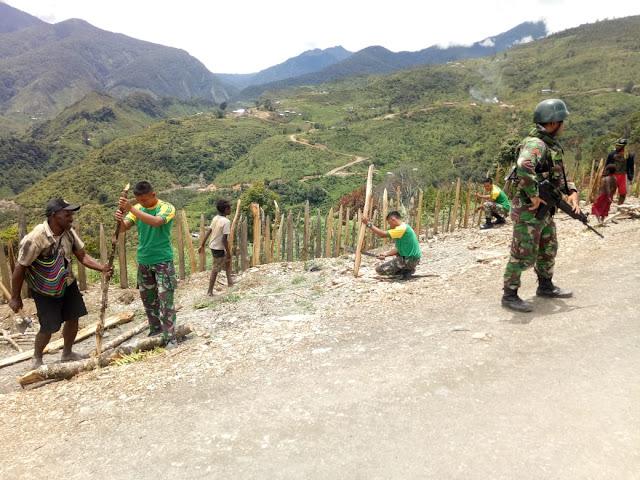 Satgas Pamrahwan Bantu Pembenahan Pagar Pemukiman di Distrik Gurage