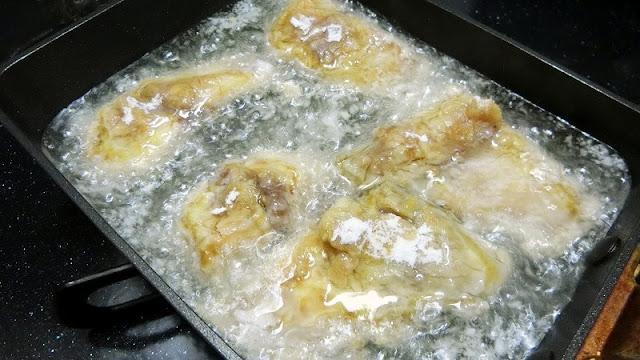 フライパンにサラダ油を熱して片栗粉をまぶしたさばを揚げる