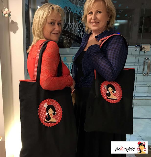 Mª Carmen y su amiga con sus bolsos para clases de baile Pikapic