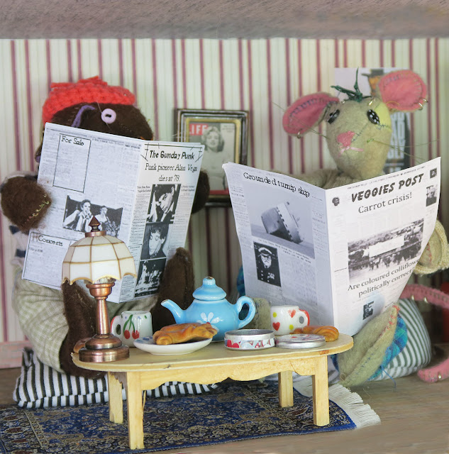 lapin et souris lisant le journal - mouse and rabbit reading newspapers