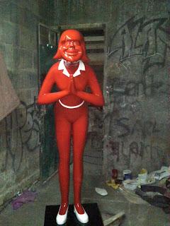 patung maskot perempuan fiber
