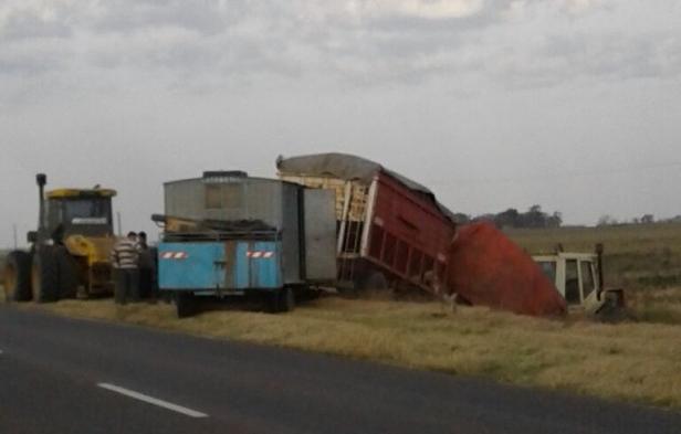Un tractor con acoplado y casilla enganchada término en la banquina