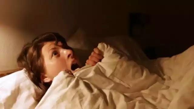 Ακούτε έντονους θορύβους, ουρλιαχτά ή ανεξήγητες φωνές κατά τη διάρκεια του ύπνου;
