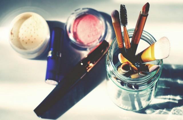Belajarlah memoles diri dengan make up untuk mempercantik wajah