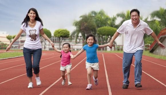 Keluarga sehat, keluarga yang berolahraga bersama.