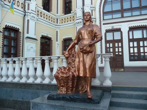 Казатин. Железнодорожный вокзал. Памятник архитектуры. 1899 г. Скульптура крестьянки